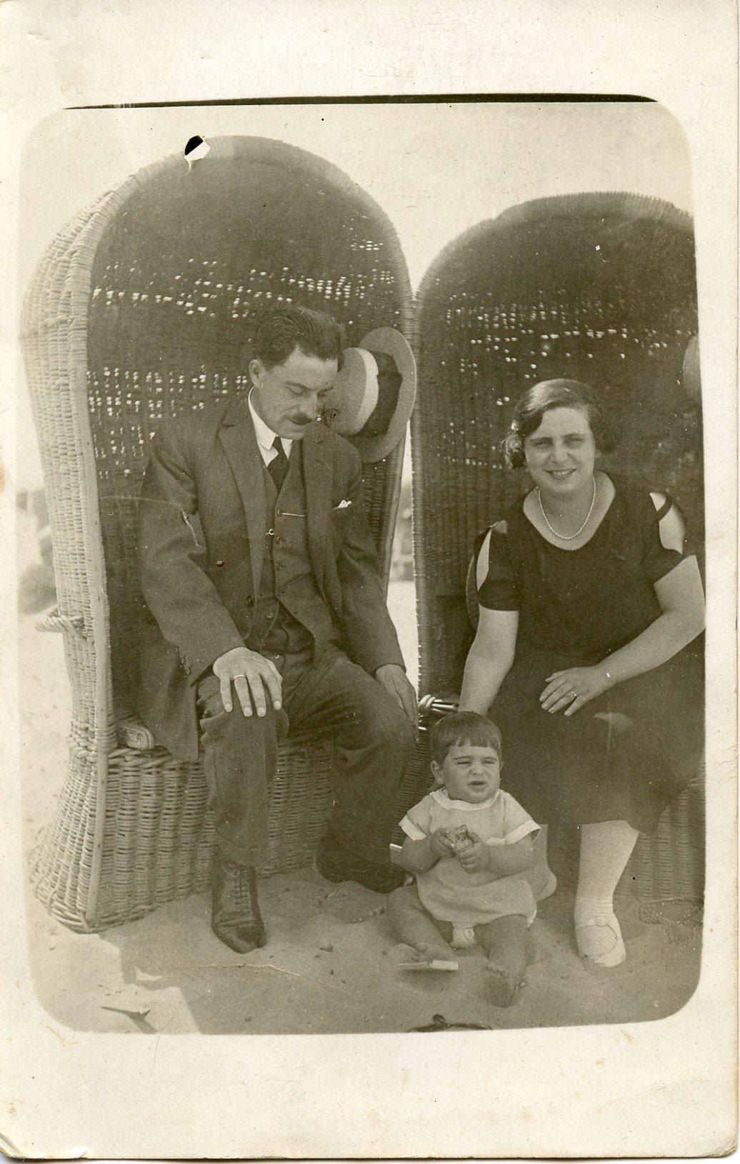 Bernie met zijn ouders op het strand van Scheveningen (1925)
