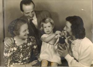 Tante Mien, vader, ?, Ellis (vlnr)
