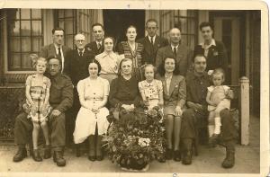 Ellis zit derde van rechts. Bob staat eerste van rechts. Tante Mien en Ellis' vader staan vijfde en zesde van rechts.
