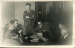 Ad van Schuppen met verzetsmensen, tweede links, met sigaret